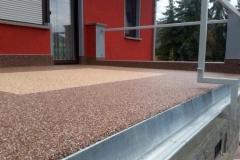 Natursteinspachtel mit Geländerbefestigung außen